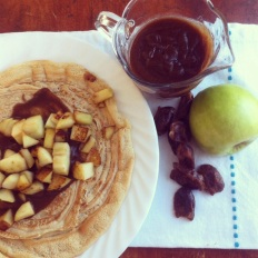 crêpes caramel de dattes et garniture aux pommes: https://vivrevg.com/2013/11/23/caramel-de-dattes-vegan/