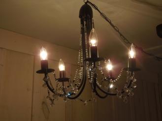 luminaire suspendu chandelier fait à partir de matériaux et d'un lustre récupéré