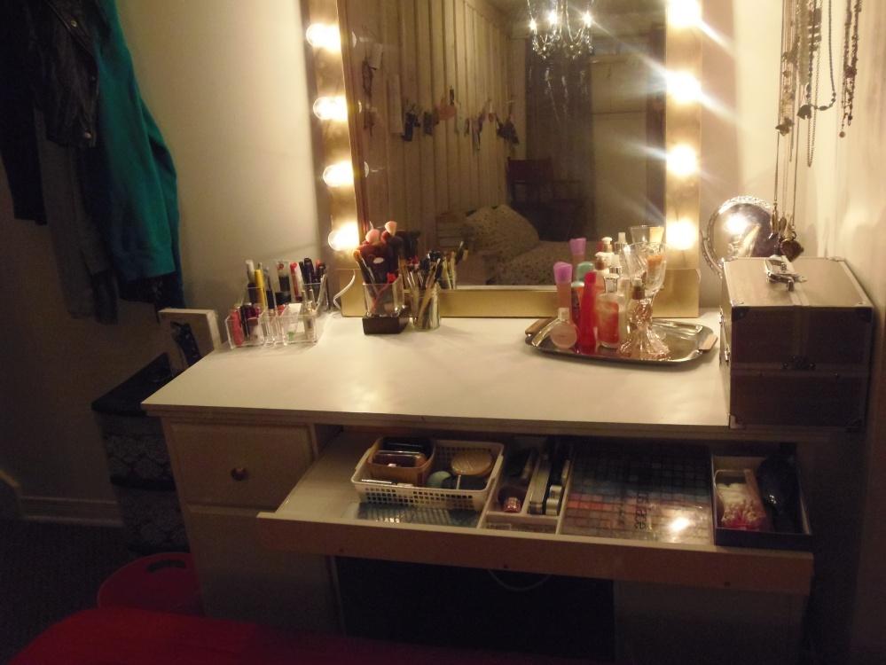 le tiroir du clavier est devenu tiroir à maquillage en y vissant une planche sur le devant