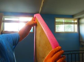 un peu d'isolant entre les planches afin de protéger le bois et le plafond.