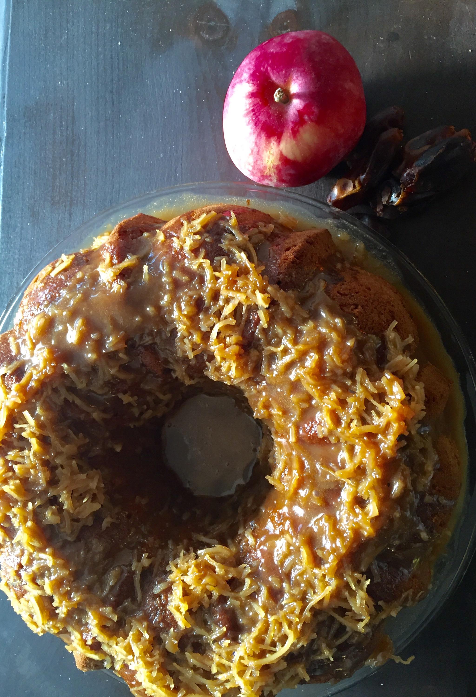 gateau pommes dattes. et sauce caramel